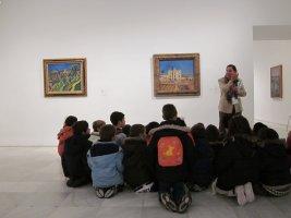 Grupo de Educación Primaria ante La casa de la Palmera, 1918 de Miró. Museo Reina Sofía, 2010